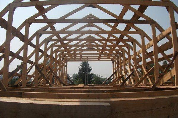 Любительское фото, показывающее принцип изготовления легкой крыши из бруса