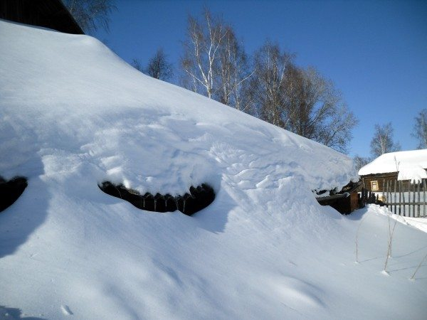 Масса скапливающегося на крыше снега может исчисляться тоннами.