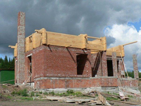 На фото - комбинированный дом в процессе строительства.