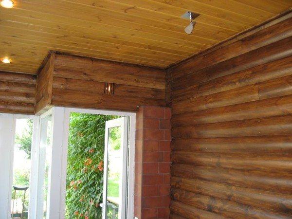 На фото - потолок отделанный имитацией бруса