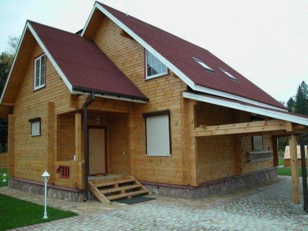 На фото – дом из бруса.