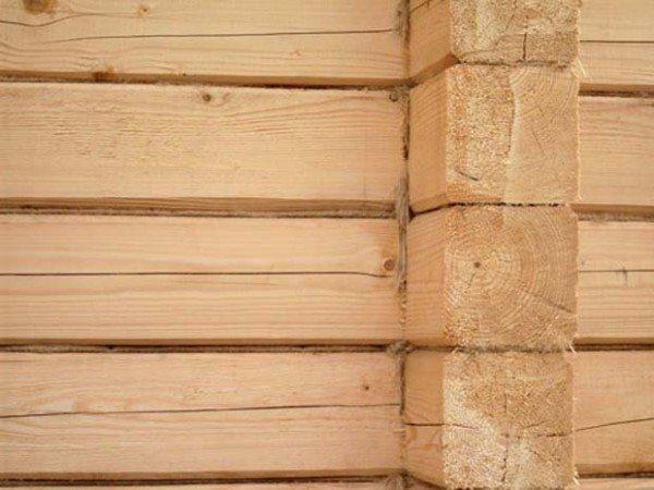 На фото – стена из обычного строганного бруса.