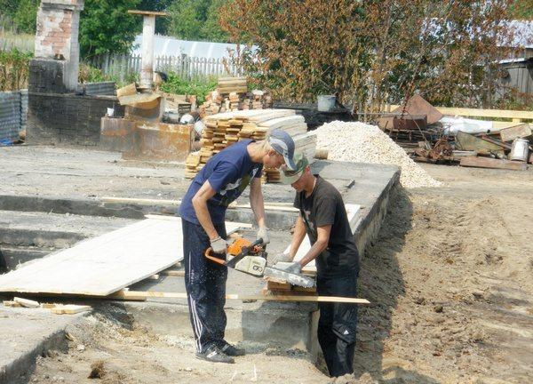 На фото – строительство фундамента.