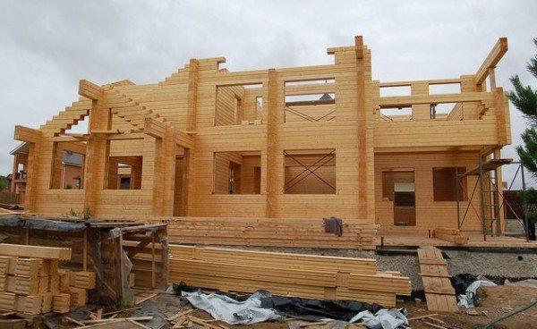 На фото демонстрируется строительство объекта из бруса.