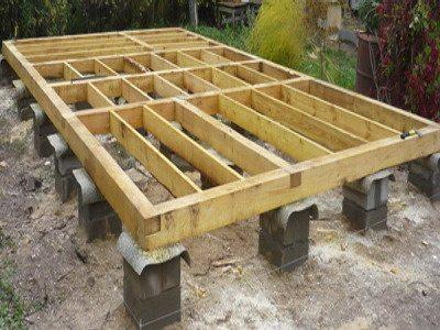 На фото опорно-столбчатый фундамент под деревянный дом