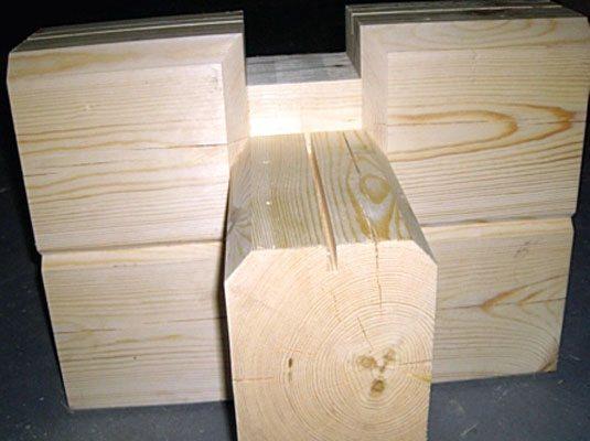 На фото показано, как крепить брус на брус при строительстве из профилированных деталей.