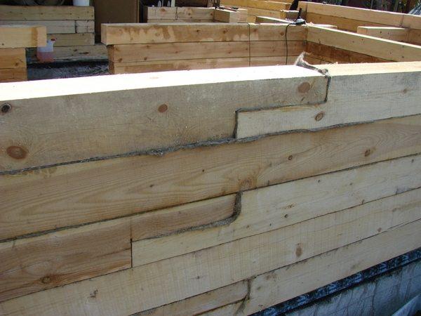 Надежность деревянного дома зависит от того, как крепить брус к брусу.