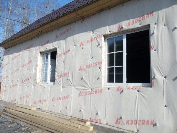 Наружное утепление стен из бруса. Минеральная вата защищается от продувания ветробарьером.