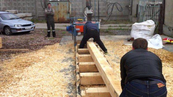 Обработка бруса на стройплощадке