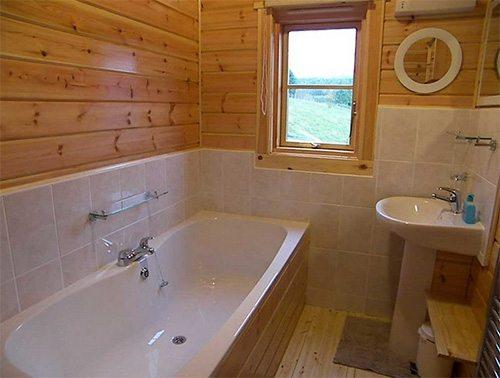 Отделка ванной в доме из профилированного бруса