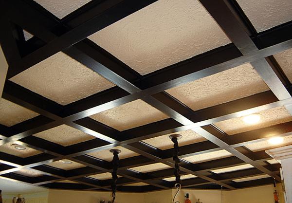 Потолок отделанный конструкционным брусом