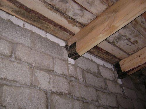 Прежде чем бетонировать или муровать брусья в стену их необходимо защитить от воздействия влаги