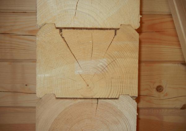 Пример трещин в структуре бревен