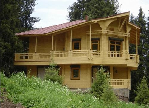 Пример удачного сочетания дома из бревен и элементов участка