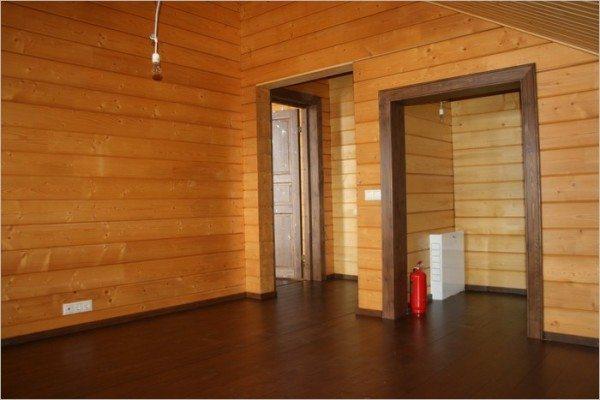 Простой вариант отделки дома из профилированного бруса с крашеными полами