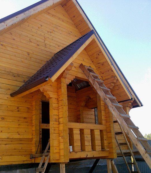 Различные виды бруса позволяют комбинировать несколько видов внешней отделки фасада