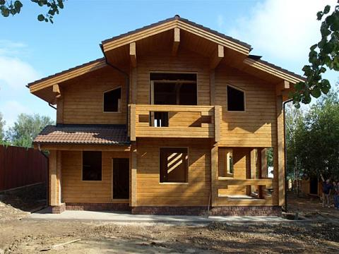 Разнообразие оттенков финской древесины позволяет построить эффектный и стильный коттедж