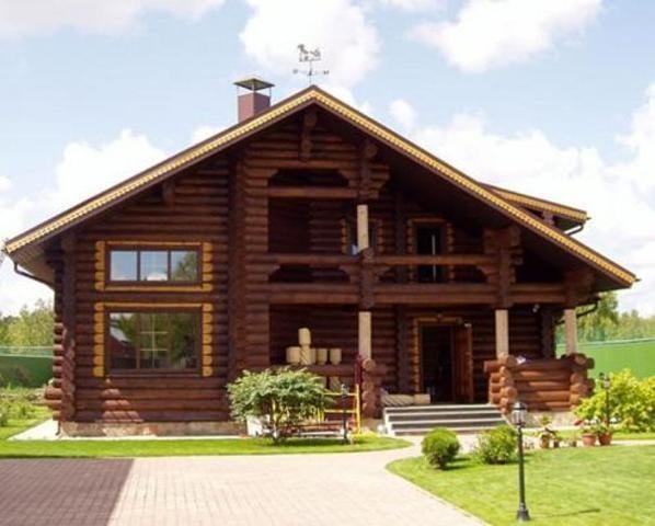 Современные деревянные дома имеют отличный внешний вид.