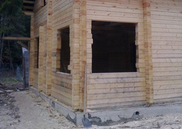Создавая углы из бруса можно использовать обрезки материала, если рядом будет расположен оконный проем, что сразу поможет сократить стоимость постройки