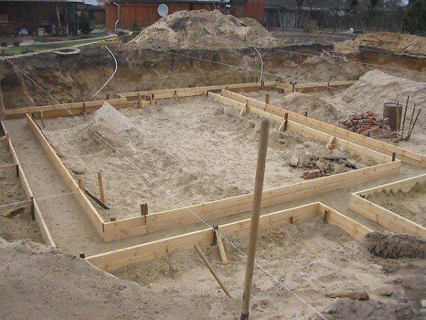 Строительство фундамента – важная процедура, от качества выполнения которой зависит весь последующий процесс строительства.