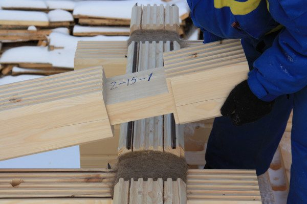 Установка бруса с насечками и уплотнителем в виде резиновой прокладки