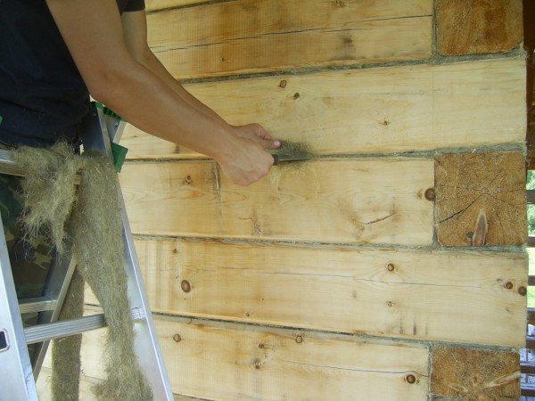 В качестве дополнительной меры по утеплению конструкции можно произвести набивку швов