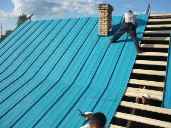 В конце крышу накрывают кровельным материалом и утепляют.