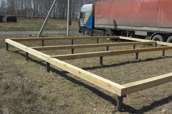 Внешний вид свайного фундамента с деревянной основой для монтажа венцов