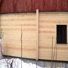 Выравнивание стены при помощи вертикального набивания бруса снаружи и изнутри здания.
